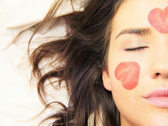 キレイな眉毛の女性の半顔