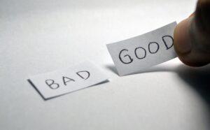 良いと書かれた紙か悪いと書かれた紙かを選んでいる