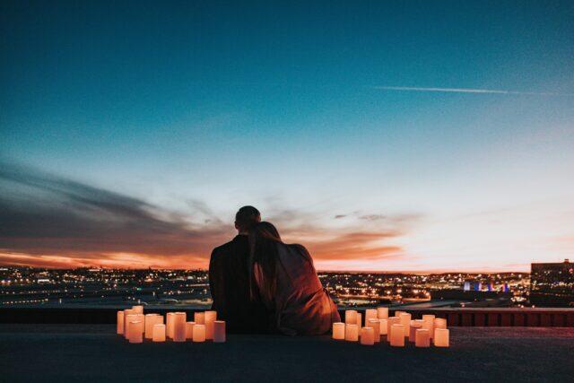 夜景をみながら寄り添うカップル