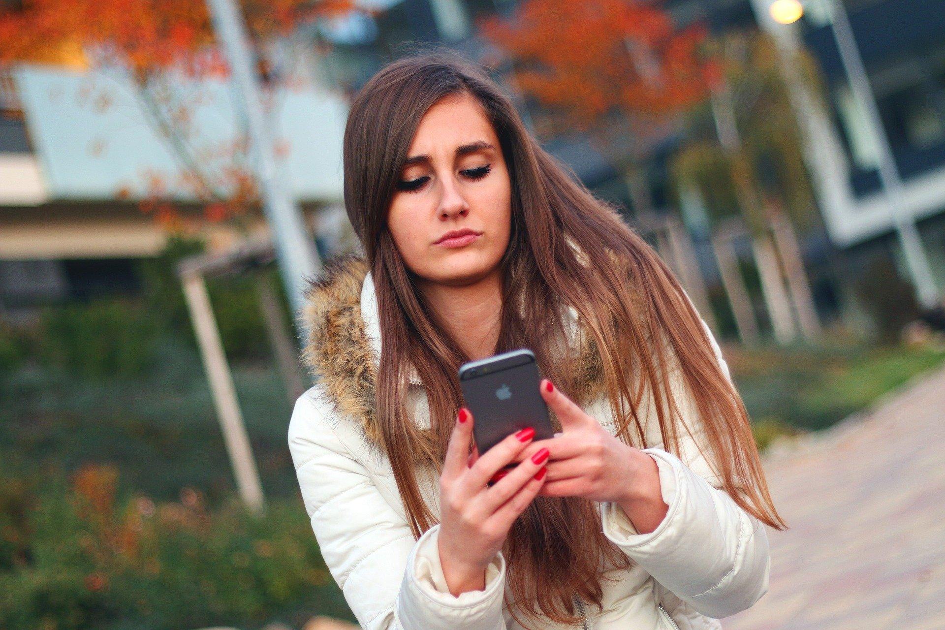 女性がスマートフォンをみている