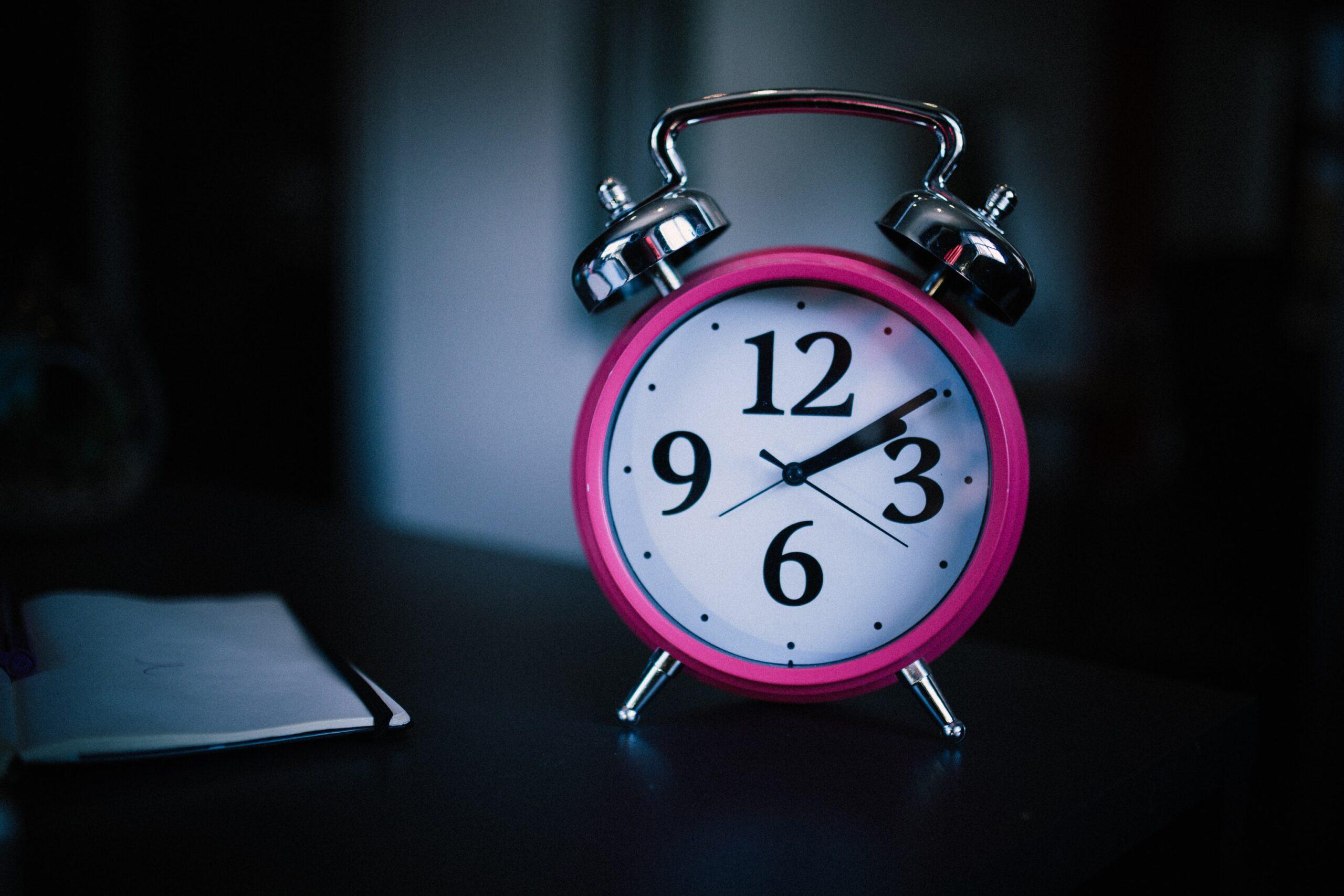 目覚まし時計が置いてある