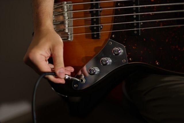 ギターをアンプに繋ぐところ