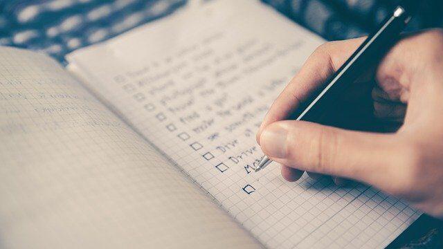 チェックリストをノートにかいている