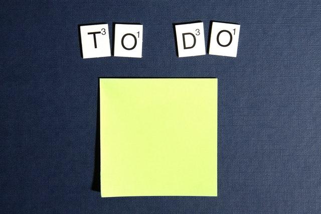TODOの文字とメモ用紙がおかれている